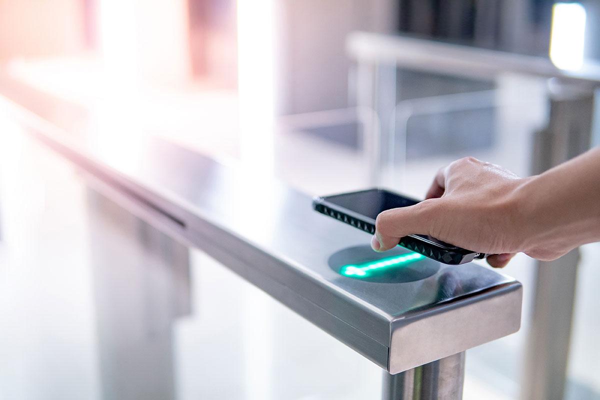 A modern megoldásoknak köszönhetően már nincs szükség kártyákra az egyes ajtókon történő belépéshez, elegendő, ha az okostelefonunk a zsebünkben van.